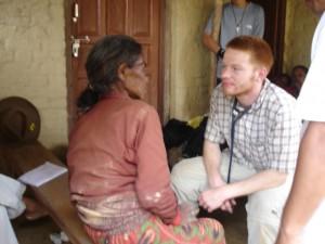 Dr. Simon Leins behandelt Dorfbewohnerin