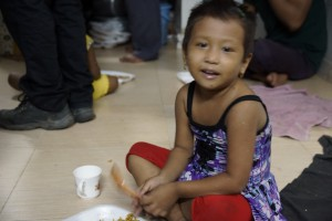 Nepalesisches Kind einer Prostituirten im Rotlichtviertel in Mumbai
